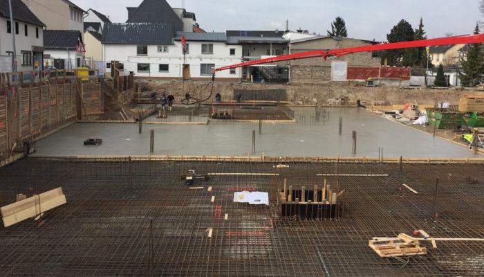 Betoneinbau der Bodenplatte für Haus 1, inklusive einem Teil der Tiefgarage.