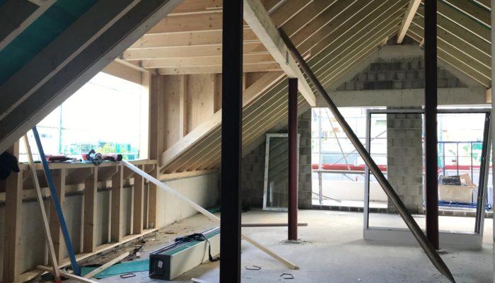 Dachstühle sind gerichtet und die Fenster eingebaut. Beginn der Dacheindeckung.