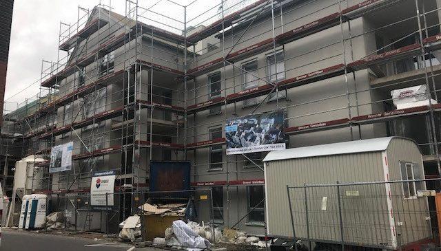 Beginn der Fassadendämmung und Trockenbauarbeiten.